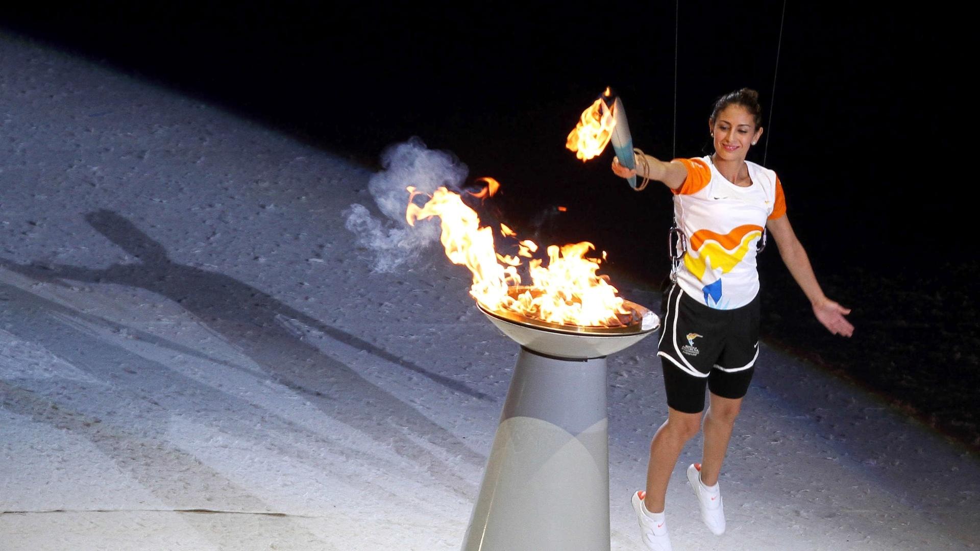 Campeã mundial de saltos ornamentais, Paola Espinoza acende a pira pan-americana