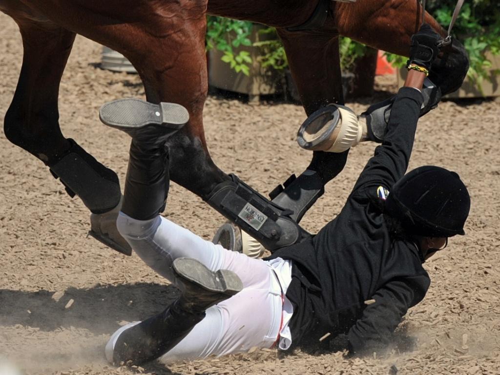 Competidora cai durante a prova de hipismo do pentatlo moderno (15/10/2011)