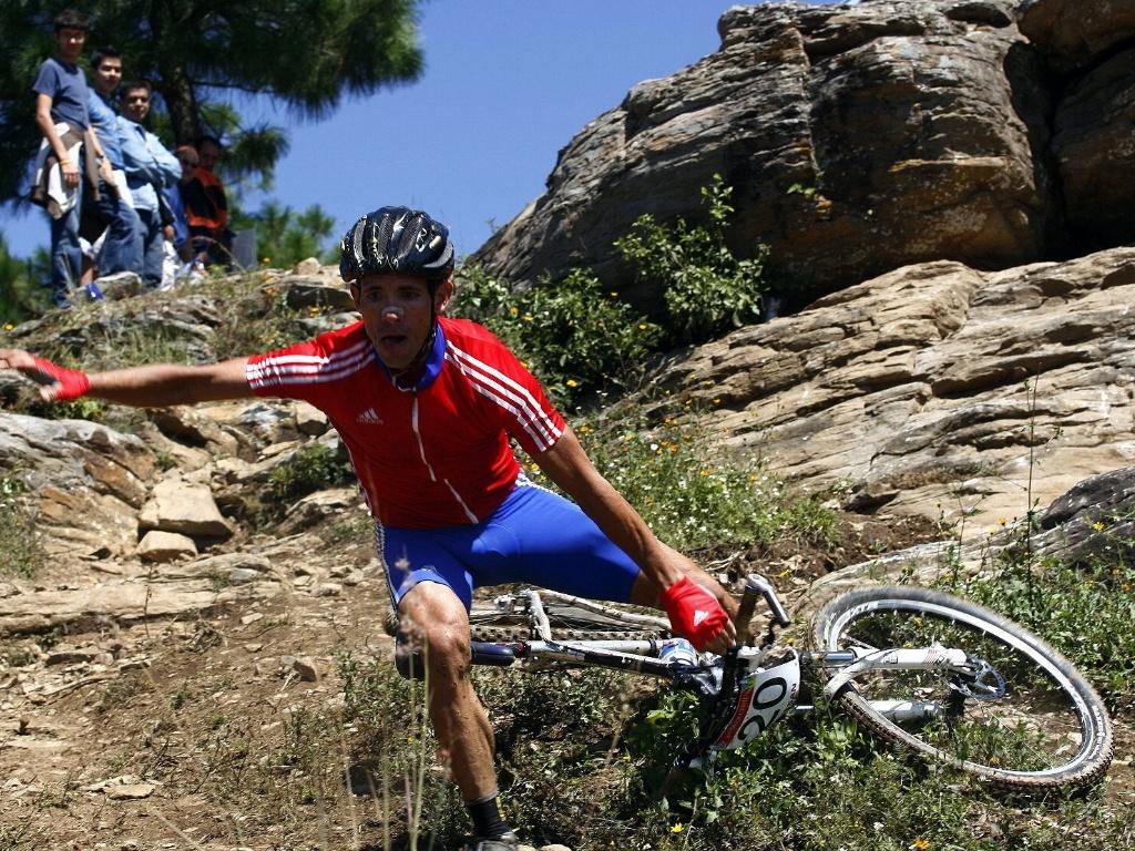 Cubano Vicente Sanabria cai na prova de ciclismo de montanha do Pan (15/10/2011)