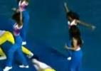 Animadora de torcida do Pan erra coreografia e cai na piscina; assista