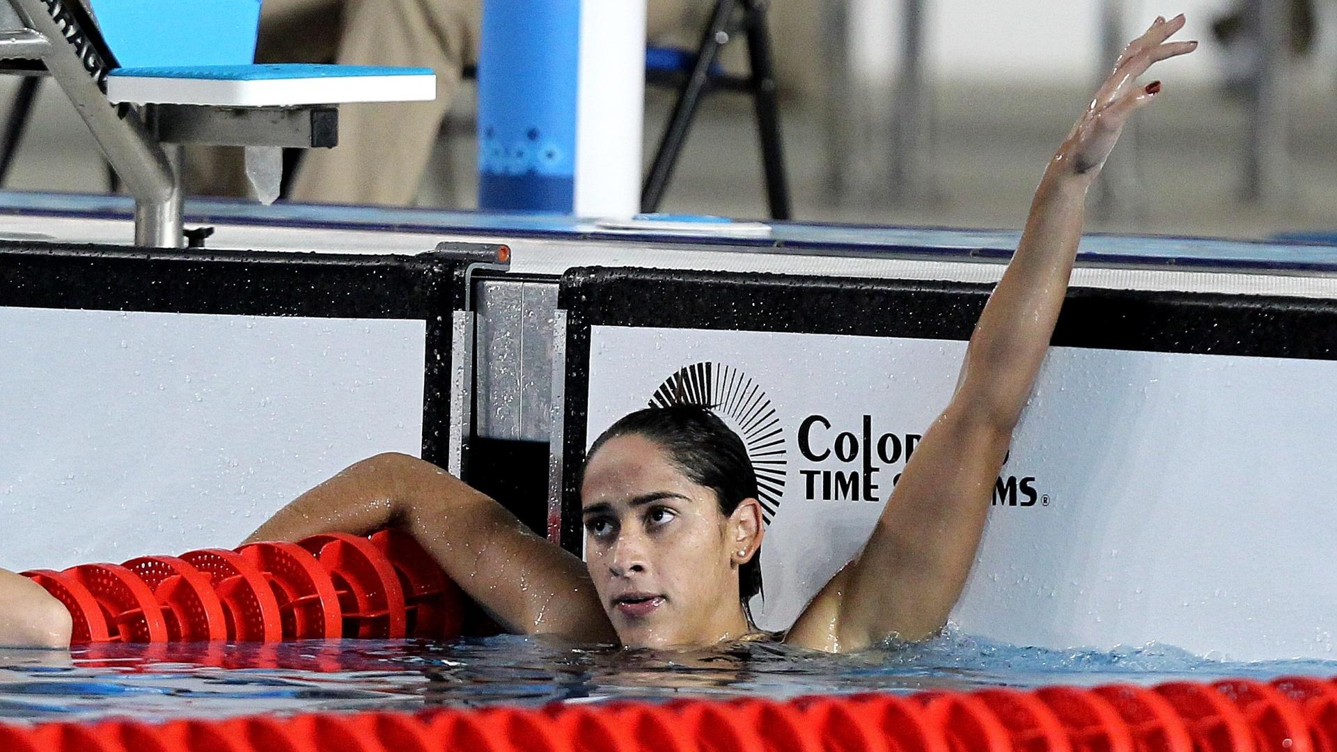 Daynara de Paula comemora a medalha de prata nos 100m borboleta no Pan de Guadalajara