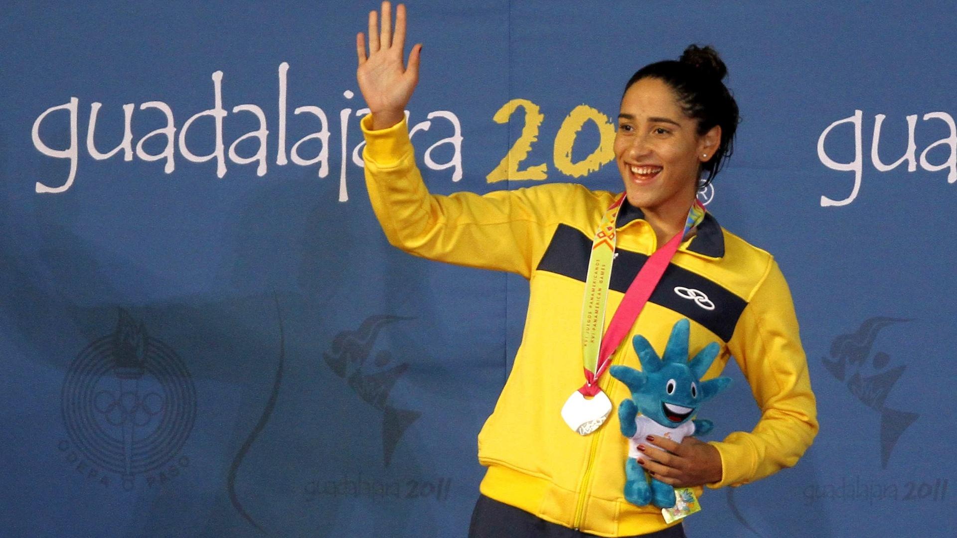 Daynara de Paula comemora com a medalha de prata no pódio após a prova dos 100m borboleta no Pan (15/10/2011)