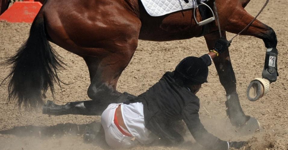 Durante a prova de salto do pentatlo moderno, a cubana Kenia Campos não se entende com o cavalo e sofre uma queda