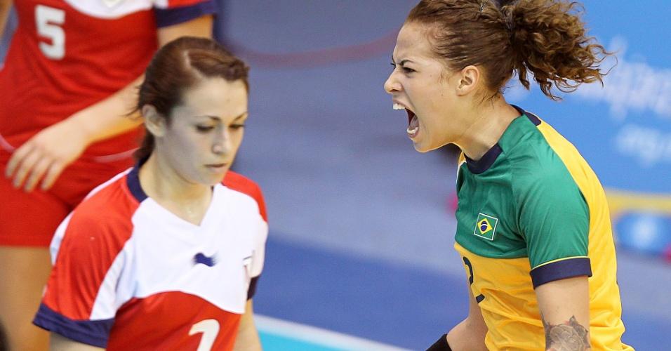 Fernanda Silva comemora gol na vitória brasileira sobre os Estados Unidos por 50 a 10 na estreia do handebol no Pan (15/10/2011)