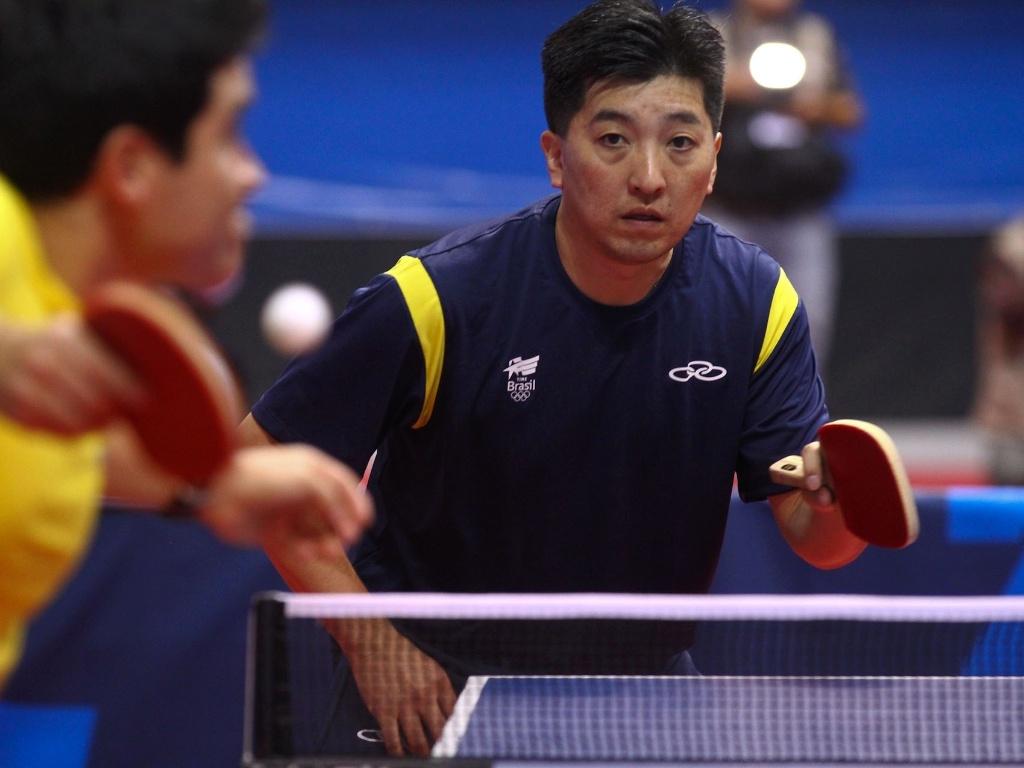 Hugo Hoyama vence o equatoriano Geovanny Coello por 3 sets a 0 pela primeira fase do tênis de mesa por equipes