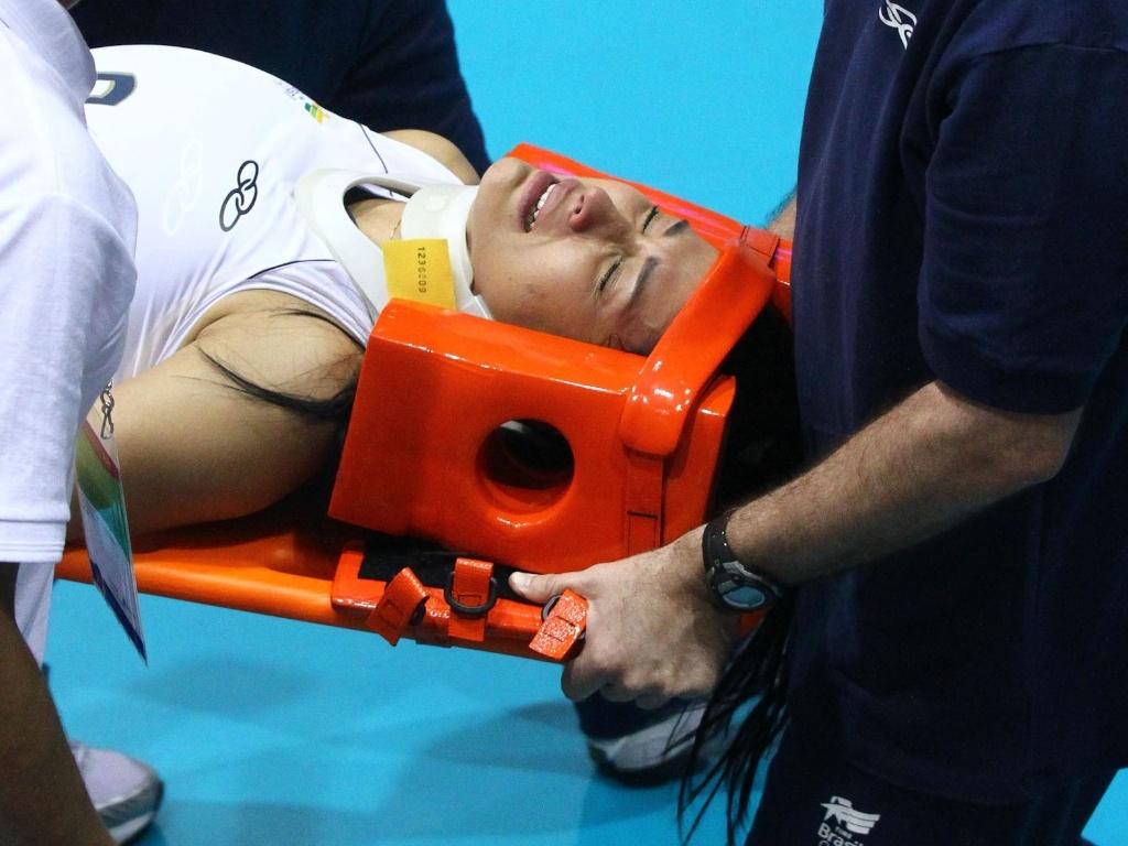 Jaqueline é imobilizada e retirada da quadra de maca após bater a cabeça em choque com Fabi (15/10/2011)