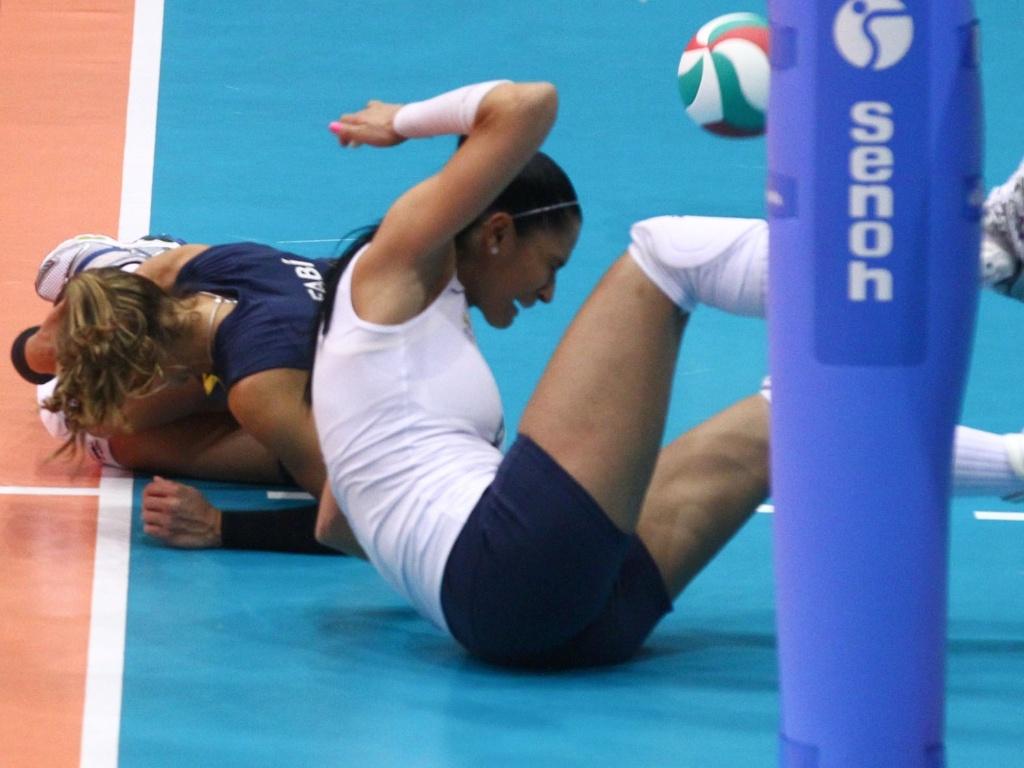 Jaqueline se choca com Fabi em tentativa de salvar uma bola no jogo contra República Dominicana