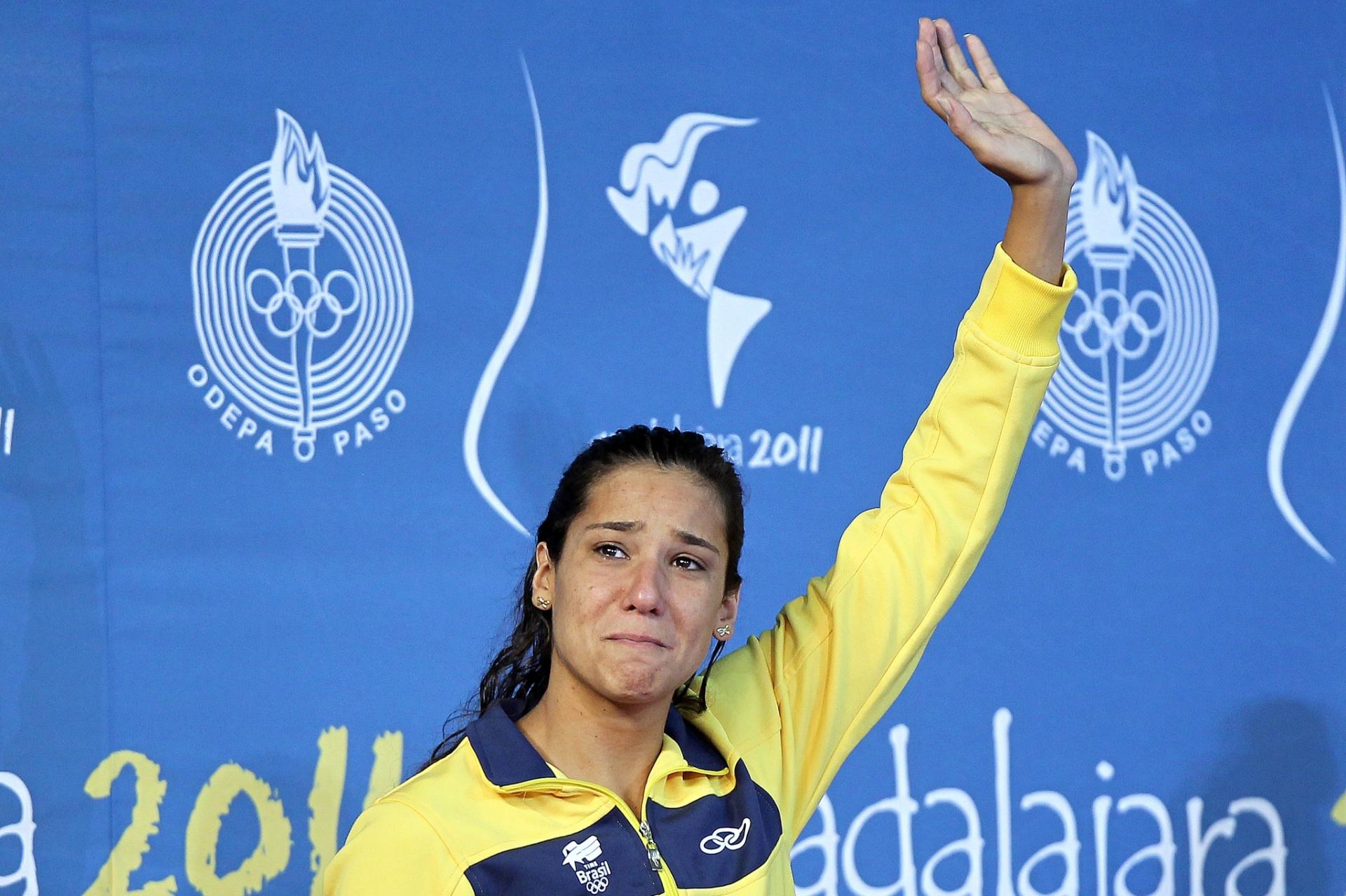 Joanna Maranhão chora no pódio após ficar com a medalha de prata nos 400m medley dos Jogos Pan-Americanos de Guadalajara (15/10/2011)