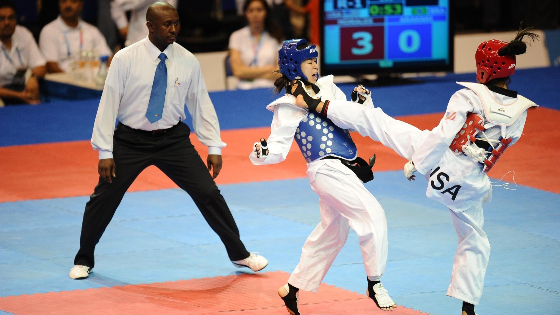 Katia Arakaki, à esquerda, foi derrotada pela norte-americana Deireanne Morales nas quartas da categoria até 49kg, no taekwondo (15/10/2011)