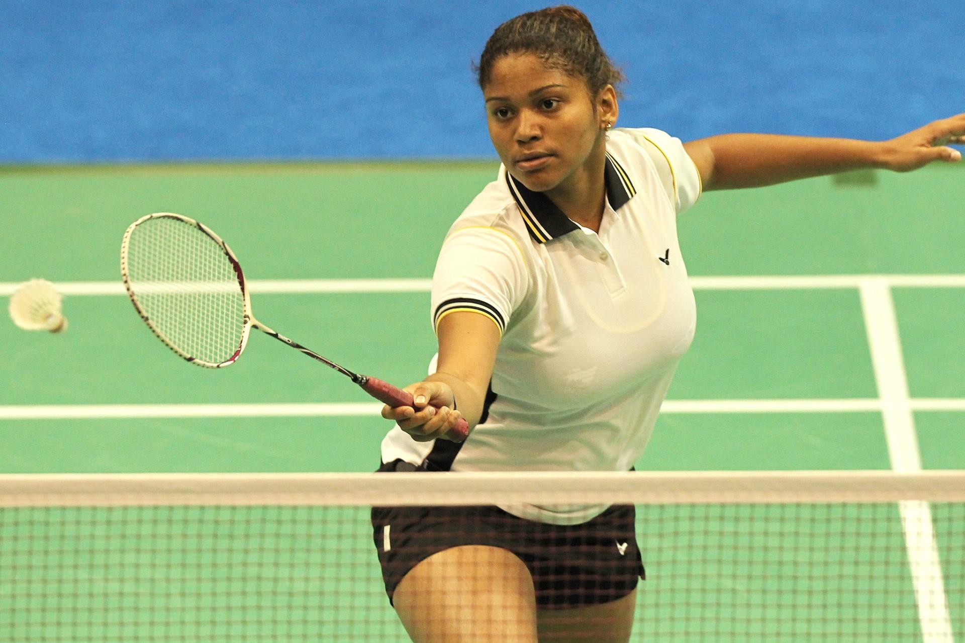 Lohaynny Caroline Oliveira prepara devolução em partida de estreia pelo badminton no Pan (15/10/2011)