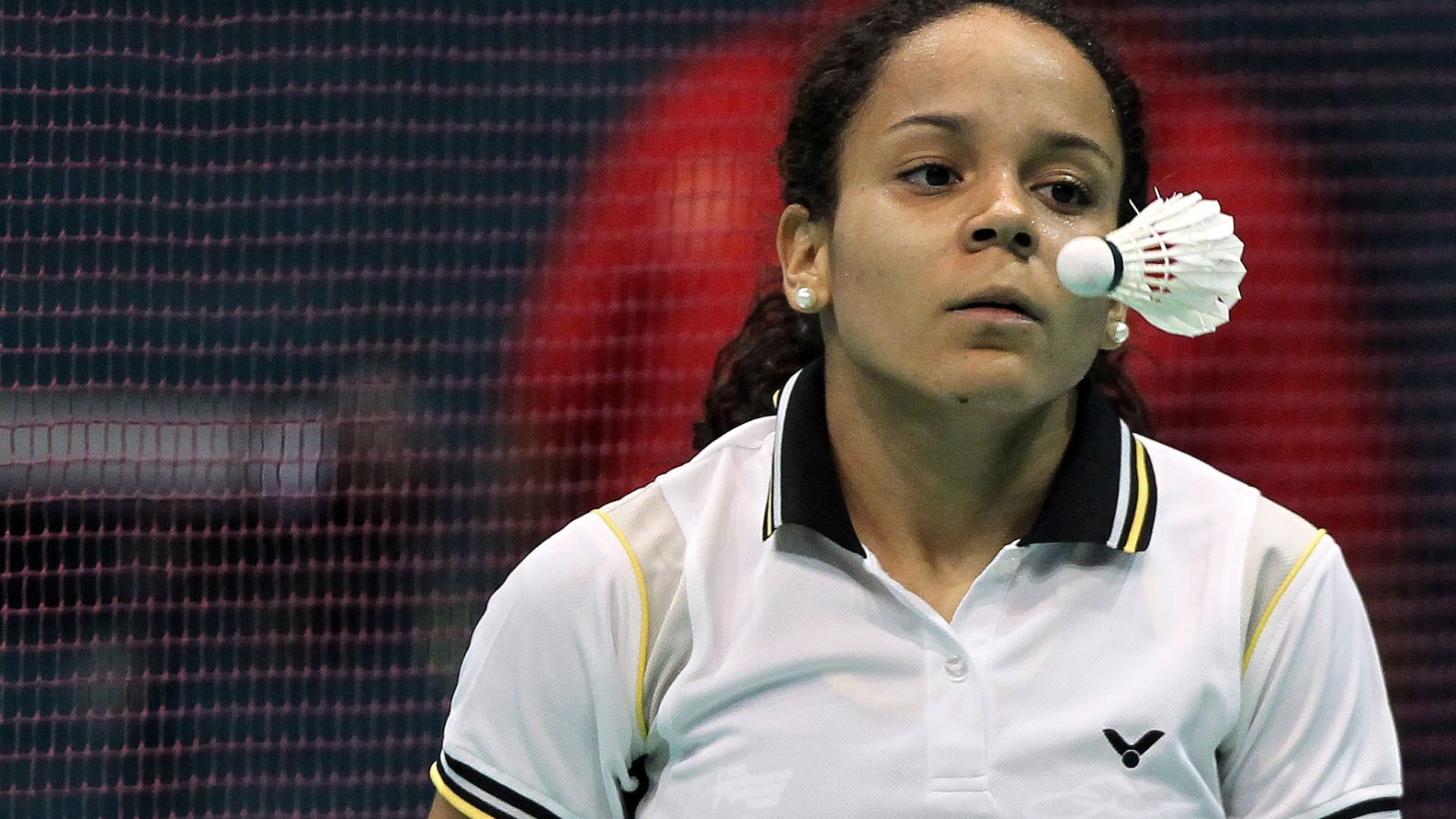 Fabiana da Silva observa peteca durante partida contra a canadense Michelle Li no badminton pelos Jogos Pan-Americanos de Guadalajara (15/10/2011)