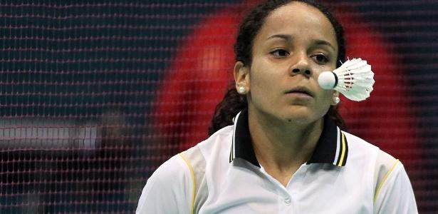 Fabiana da Silva observa peteca durante partida contra a canadense Michelle Li