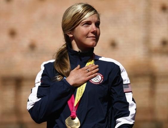Primeira campeã do Pan, norte-americanaHeather Irmiger recebe o ouro no ciclismo, na MTB