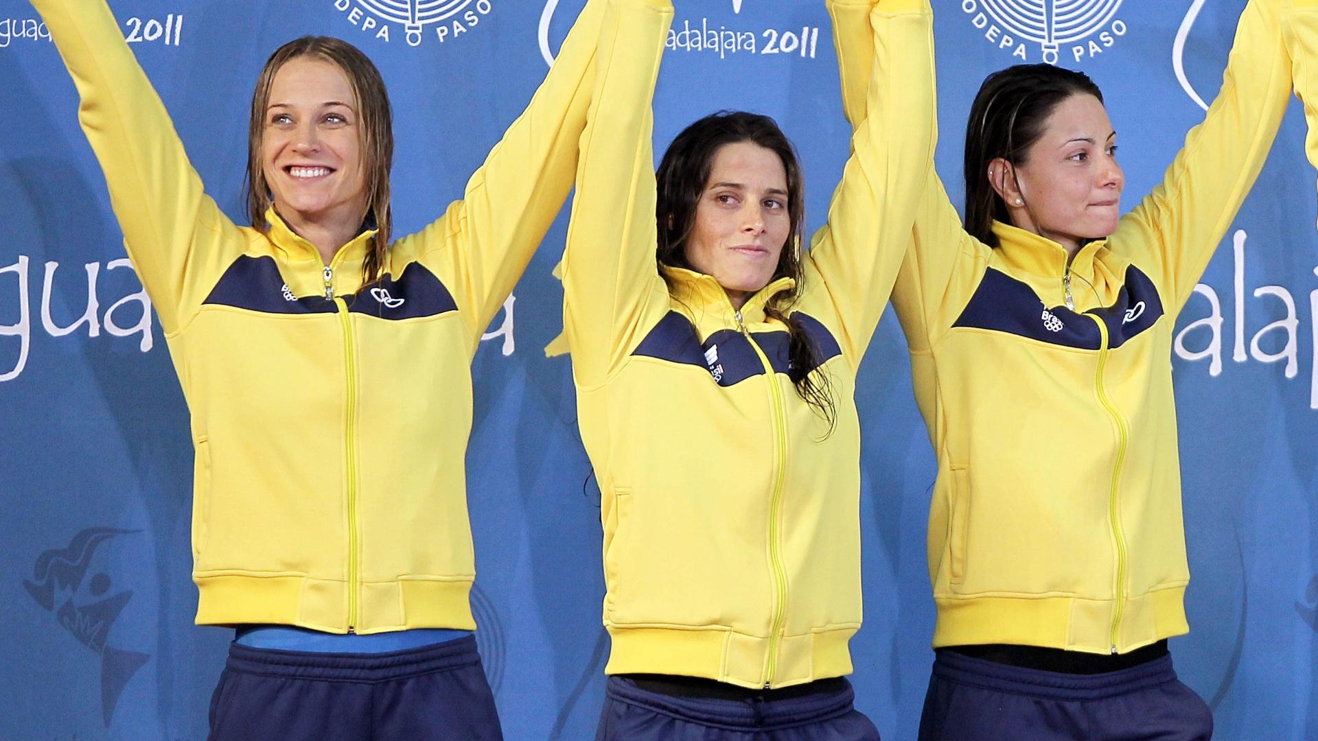 Revezamento 4x100 livre do Brasil comemora a medalha de prata no pódio de Guadalajara