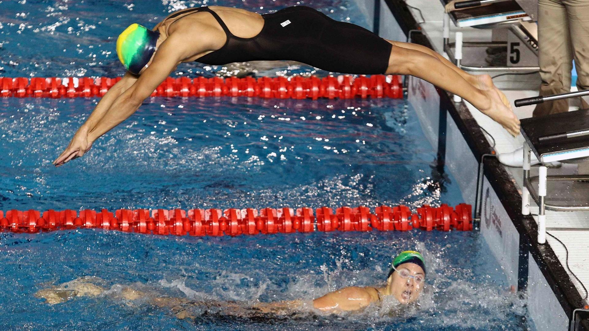 Tatiana Lemos se prepara para entrar na água após Flávia Delaroli terminar sua participação no revezamento 4x100m. O Brasil passou à final na segunda colocação