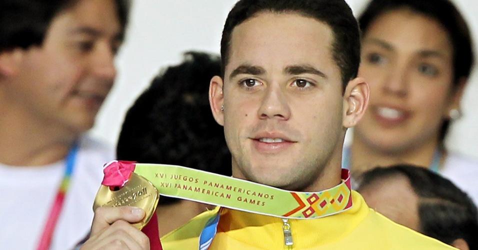Thiago Pereira exibe a medalha de ouro conquistada nos 400m medley dos Jogos Pan-Americanos de Guadalajara (15/10/2011)