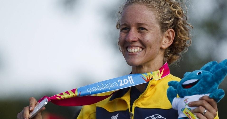 Yane Marques sorri ao receber a medalha de prata do pentatlo moderno