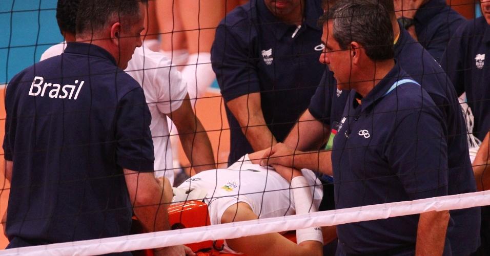 Zé Roberto segura mão de Jaqueline enquanto jogadora da seleção é retirada de quadra na maca