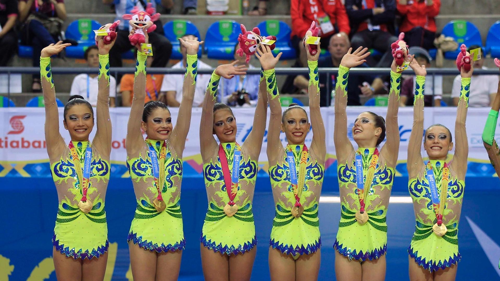 Brasileiras da ginástica rítmica comemoram a conquista da medalha de ouro em Guadalajara (16/10/2011)