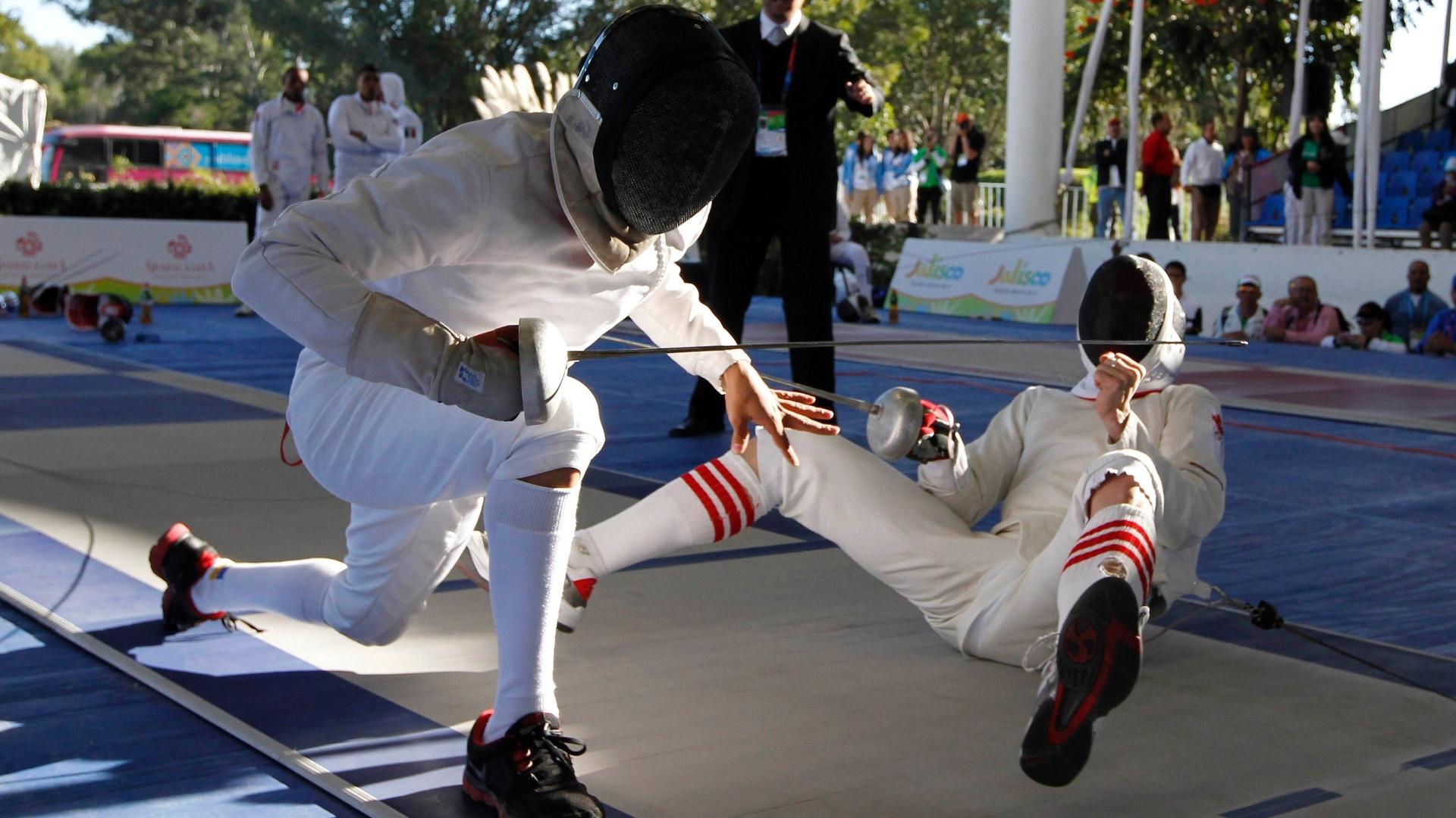 Canadense John Riker vai ao chão durante jogo de esgrima contra o mexicano Abraham Camacho pelo pentatlo moderno no Pan (16/10/2011)