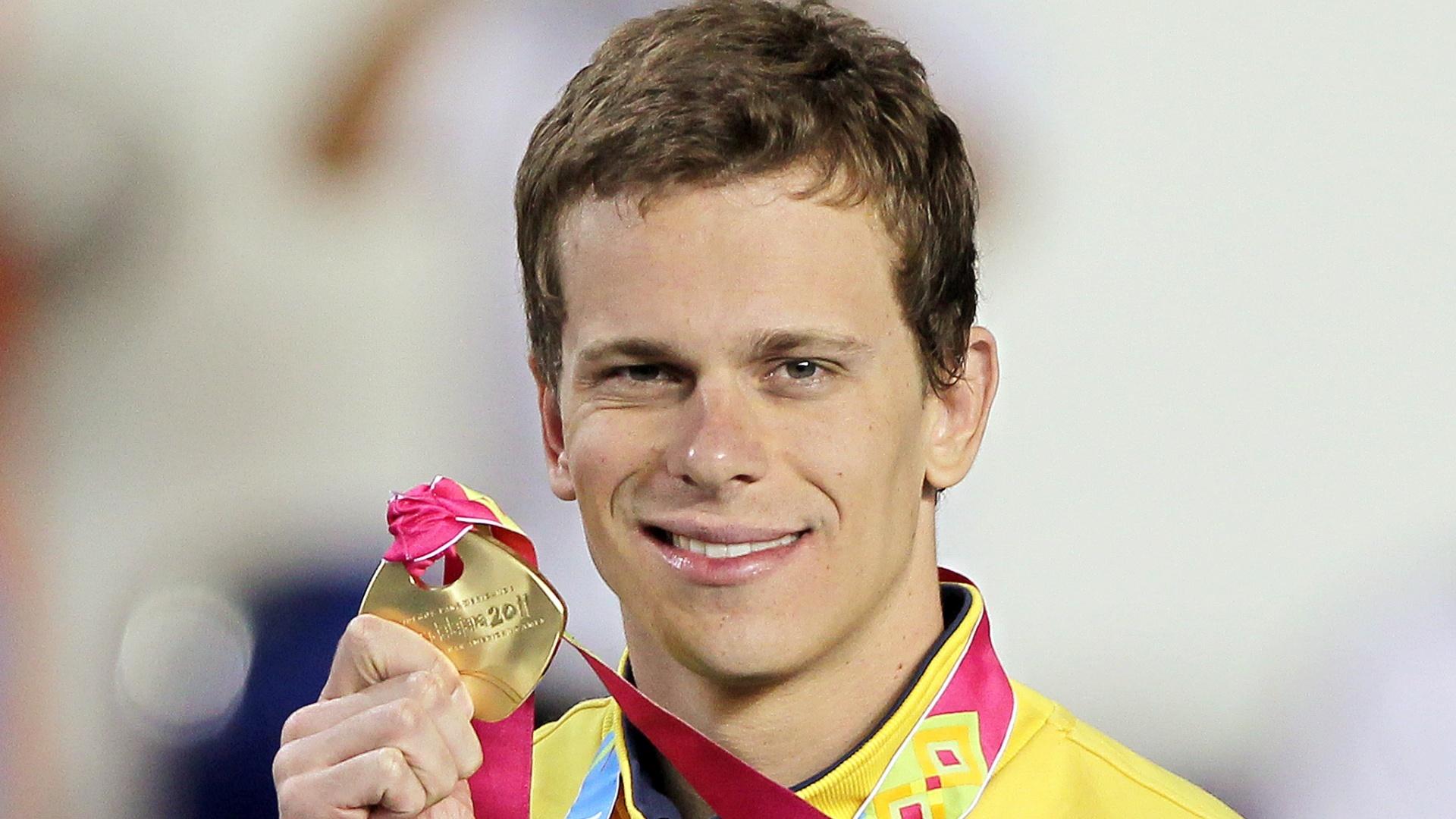 Cesar Cielo exibe com orgulho a sua medalha de ouro, conquistada nos 100m livre