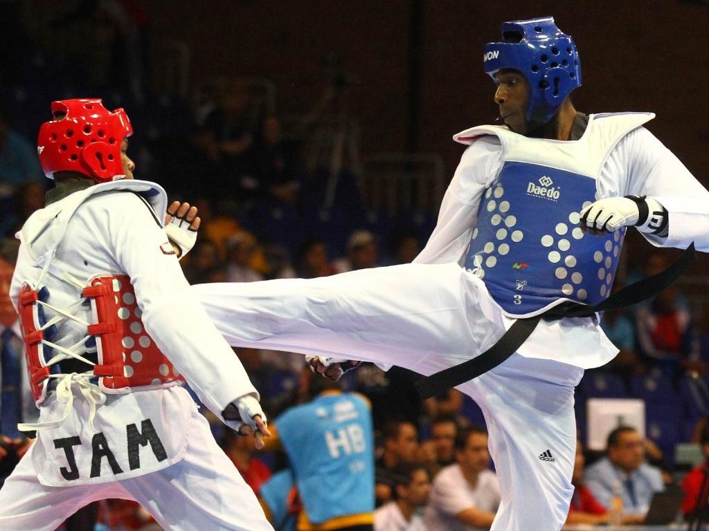 Diogo Silva (de azul) venceu o jamaicano Nicholos Dusard por 8 a 5 no taekwondo, em sua luta de estreia (16/10/2011)
