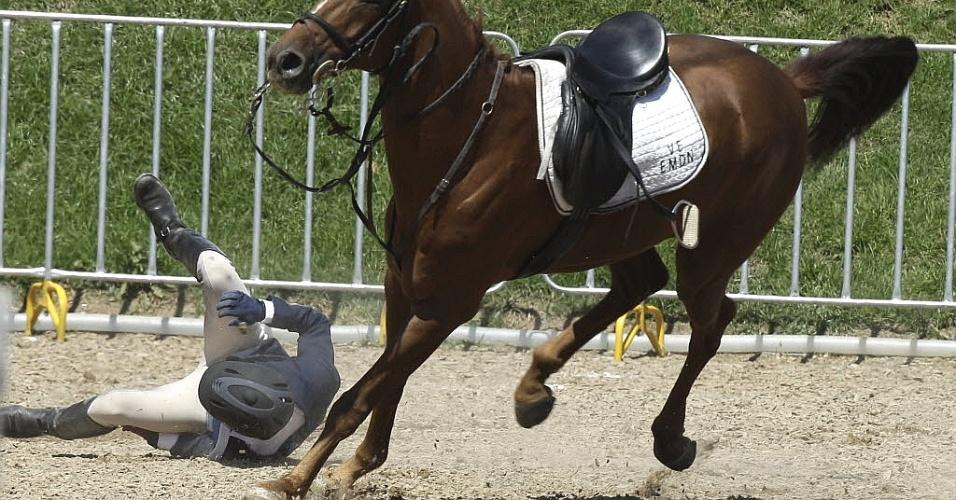 Dominicano Julio Benjamin perde o controle e cai do cavalo durante prova do pentatlo moderno (16/10/2011)
