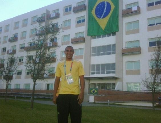 Douglas, goleiro da seleção brasileira de futebol, posta foto na frente da Vila do Pan (16/10/2011)