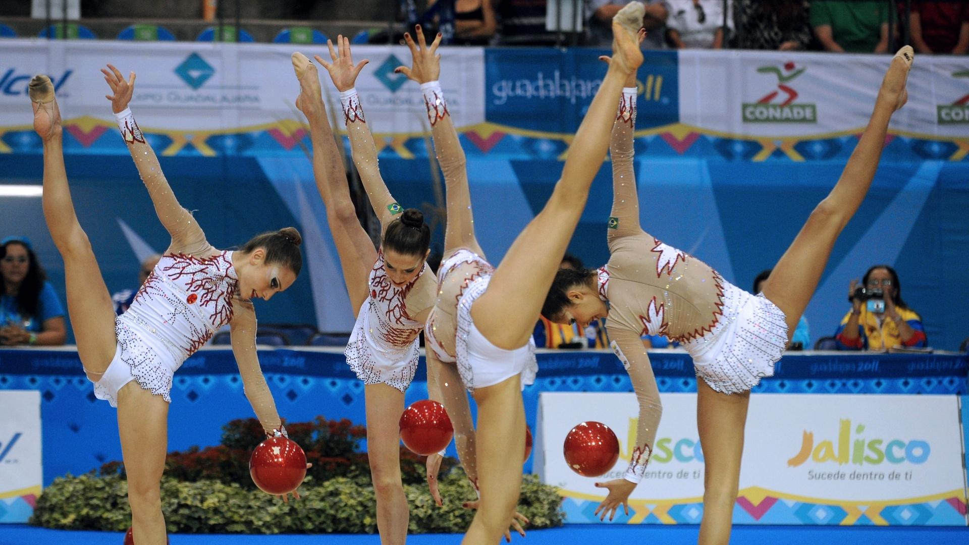 Equipe brasileira apresenta coreografia na disputa da ginástica rítmica. Apresentação com bolas rendeu nota 25.100 (16/10/2011)