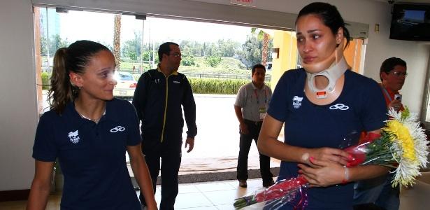 Jaqueline chega ao hotel da seleção de vôlei após deixar o hospital e encontra Fabi