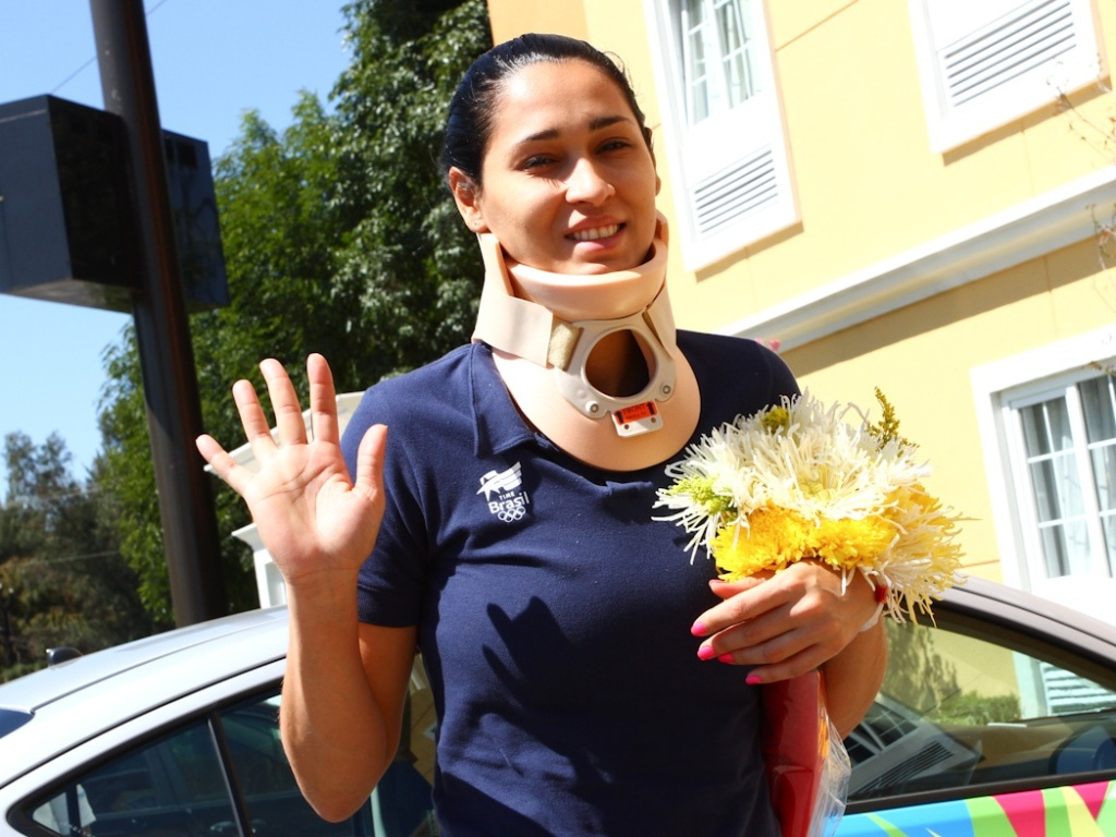 Jaqueline, da seleção de vôlei, deixa o hospital em Guadalajara após susto na estreia pelo Pan (16/10/2011)