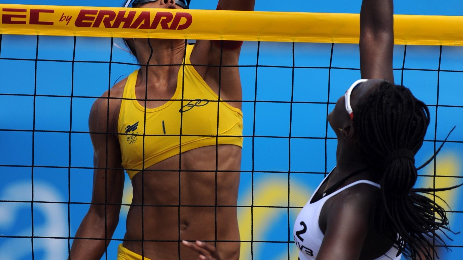 Juliana disputa a bola contra Elki Philip, de Trinidad e Tobago, durante a vitória por 2 sets a 0 da dupla brasileira