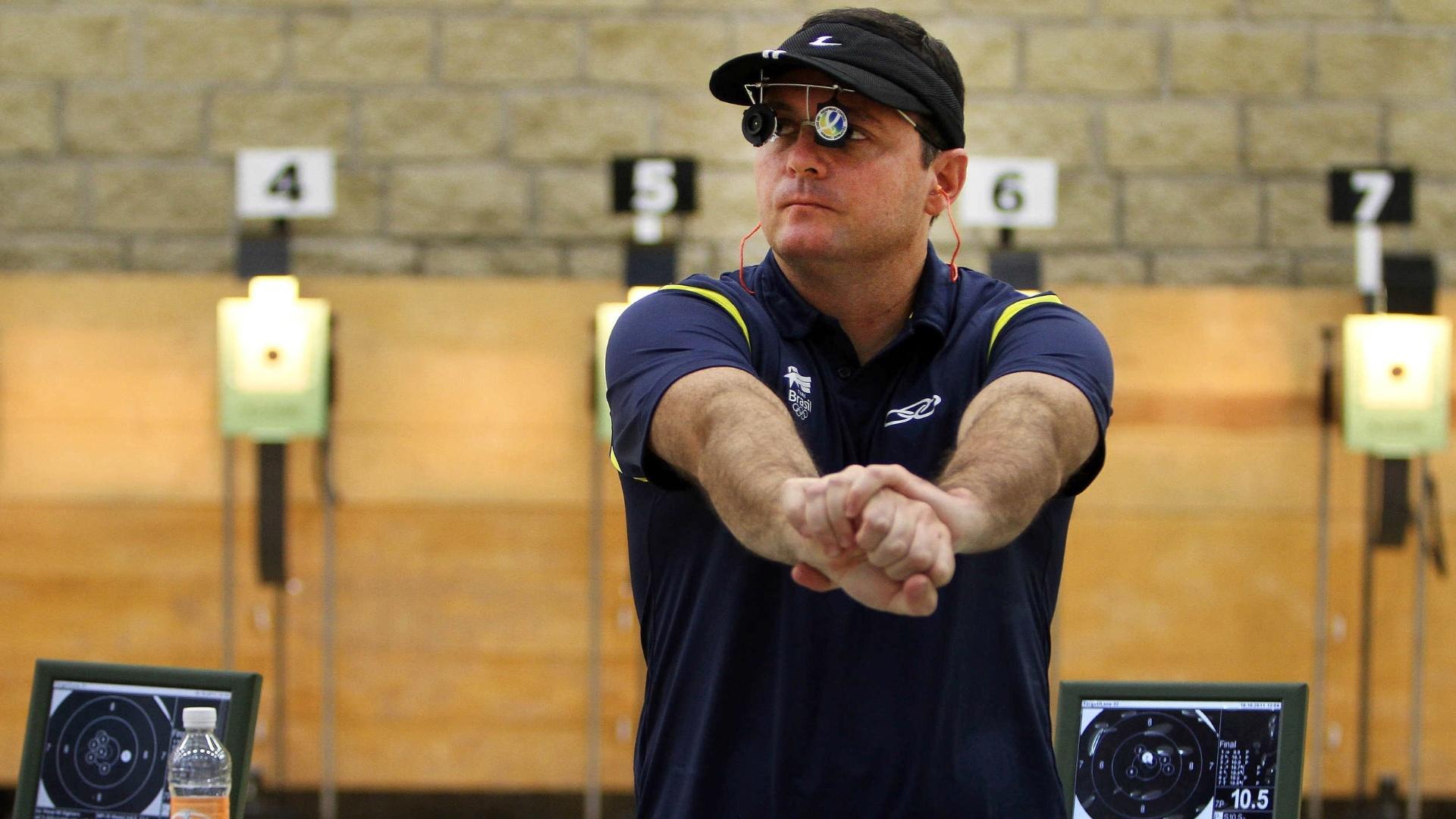 Julio Almeida alonga os braços durante a final do tiro para ficar com o bronze pela pistola de ar de 10m no Pan de Guadalajara (16/10/2011)