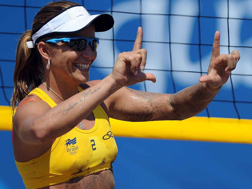 Larissa comemora a primeira vitória contra a dupla de Trinidad e Tobago por 2 sets a 0
