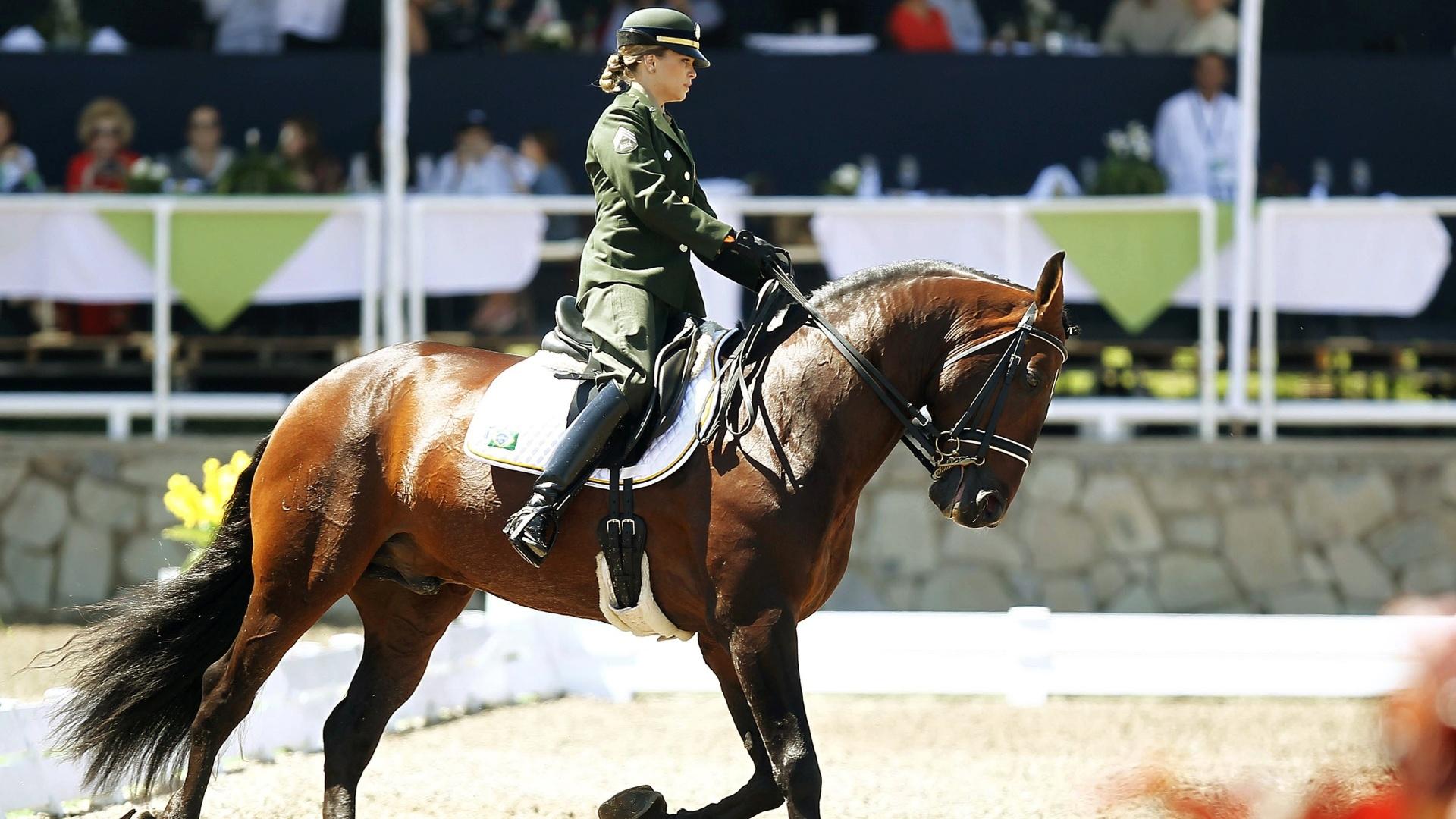 Luiza Almeida se apresenta com o cavalo Pastor durante o adestramento por equipes do Pan (16/10/2011)