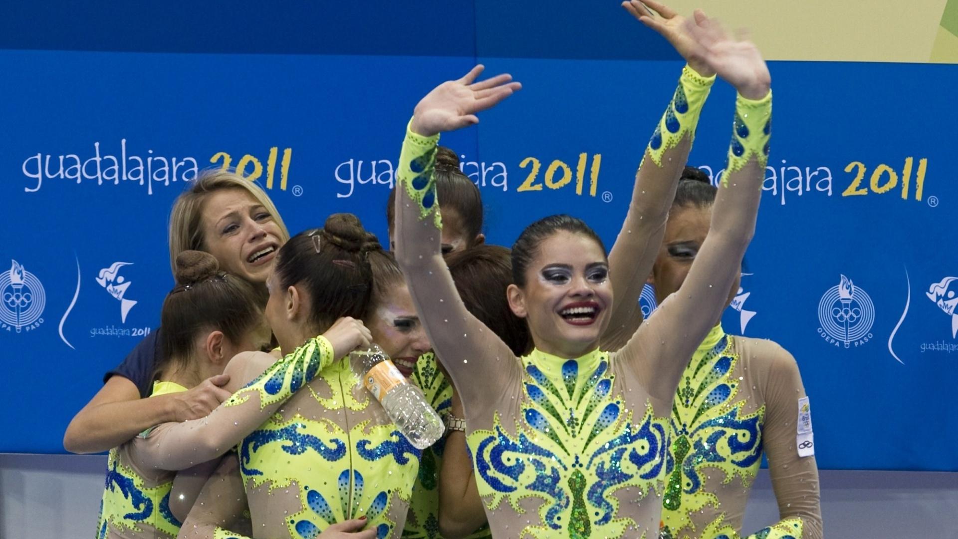 Meninas da ginástica rítmica do Brasil comemoram após ouvir a nota da apresentação com fitas e arcos