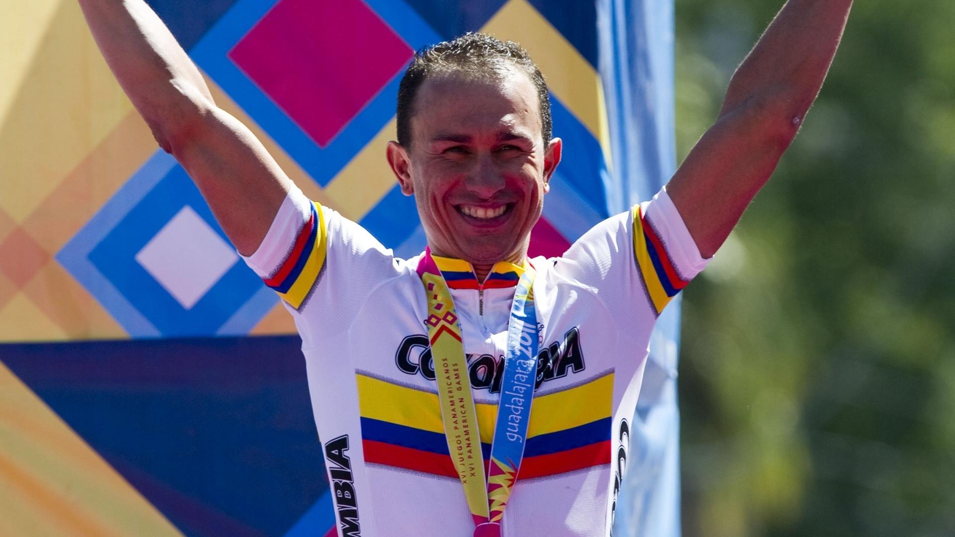 O ciclista colombiano Marlon Perez comemora a medalha de ouro na prova contrarrelogio em Guadalajara