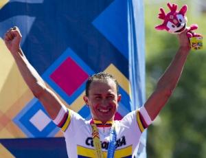 O ciclista colombiano Marlon Perez comemora a medalha de ouro na prova contrarrelogio