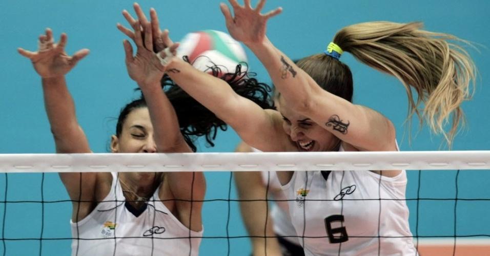 Sheilla e Thaísa tentam bloquear ataque da República Dominicana na estreia da equipe no Pan (15/10/2011)