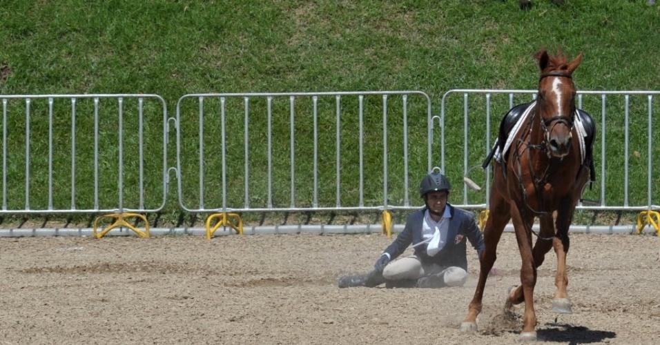 Venezuelano Eduardo Salas é traído pelo cavalo e vai parar no chão durante a disputa do pentatlo moderno, no segundo dia do Pan-2011 (16/10/2011)