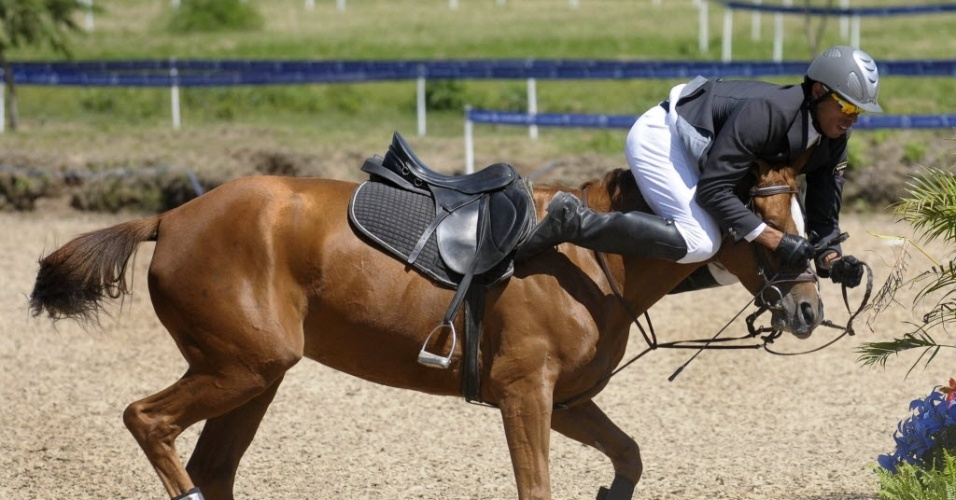 Venezuelano Eduardo Salas é traído pelo cavalo e vai parar sobre a cabeça do animal durante a disputa do pentatlo moderno, no segundo dia do Pan-2011 (16/10/2011)