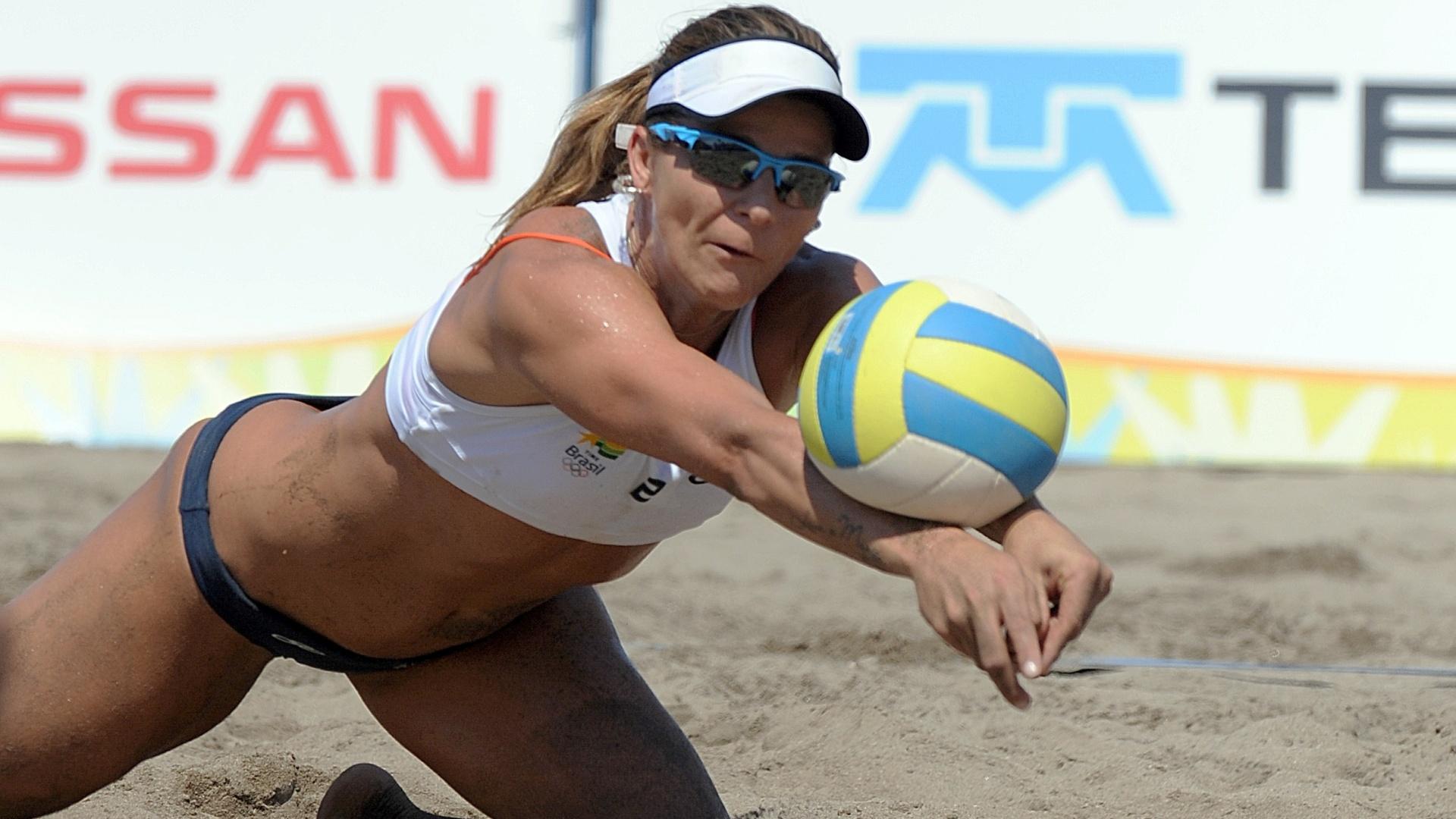 A brasileira Larissa se esforça para salvar a bola na partida contra o Equador