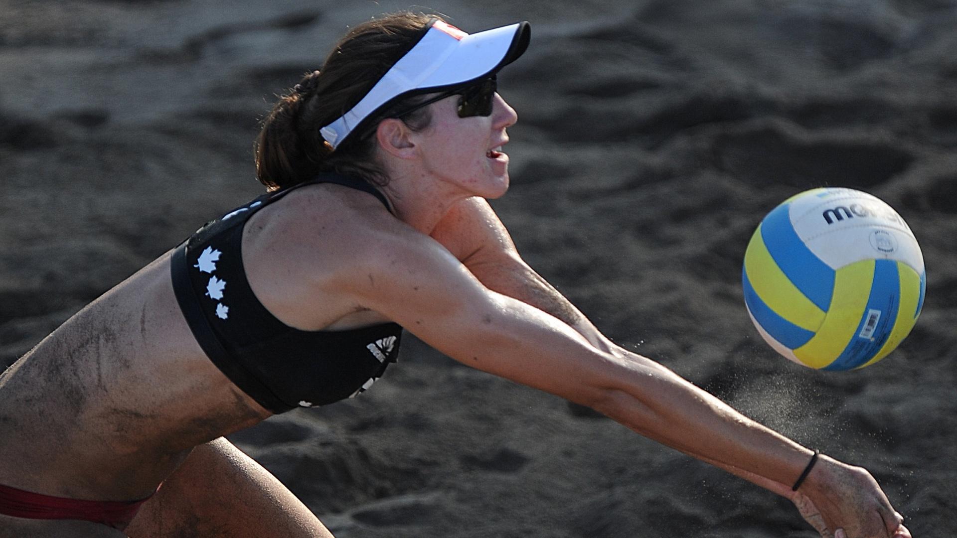 A canadense Elizabeth Maloney em ação no confronto com a dupla de Porto Rico no vôlei de praia