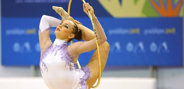 Angélica Kvieczynski realiza performance com o arco