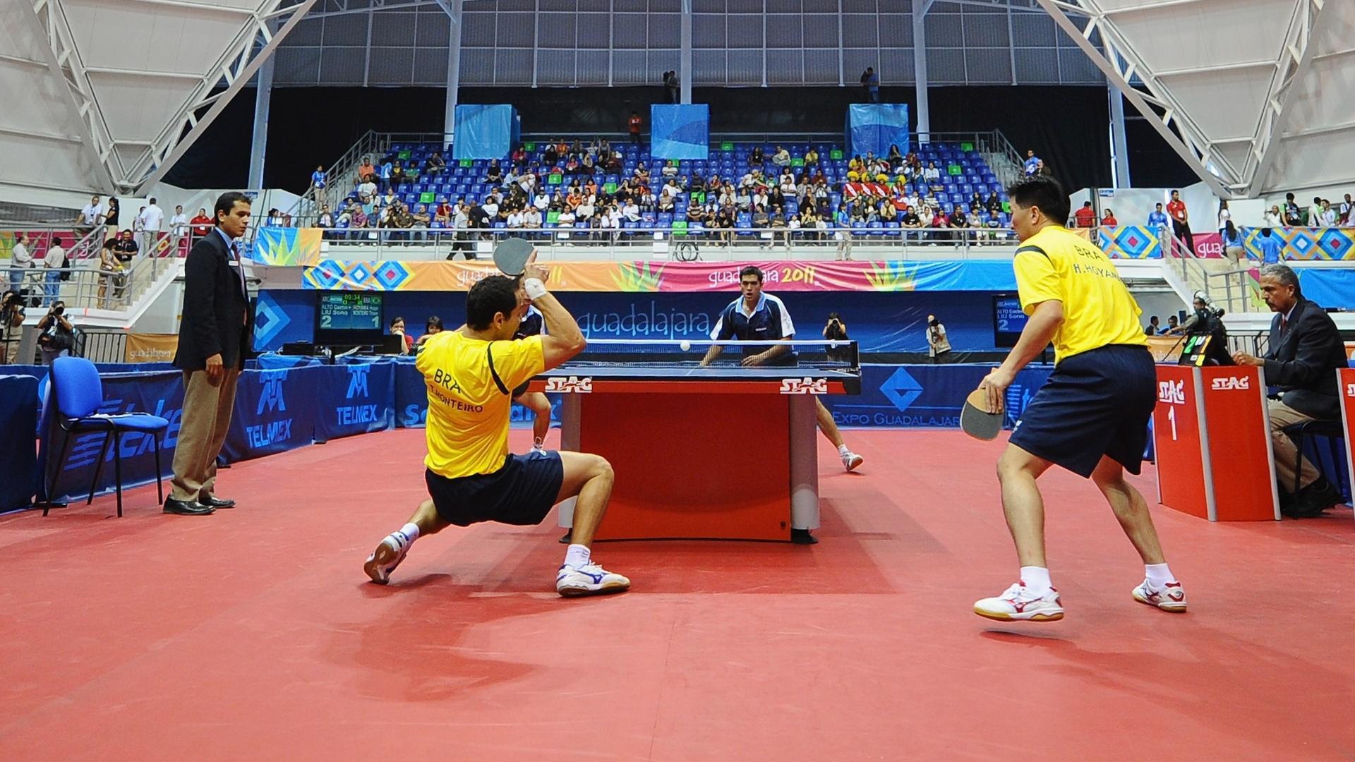 Brasileiros Thiago Monteiro e Hugo Hoyama jogam partida de duplas na decisão do tênis de mesa por equipes no Pan (17/10/2011)