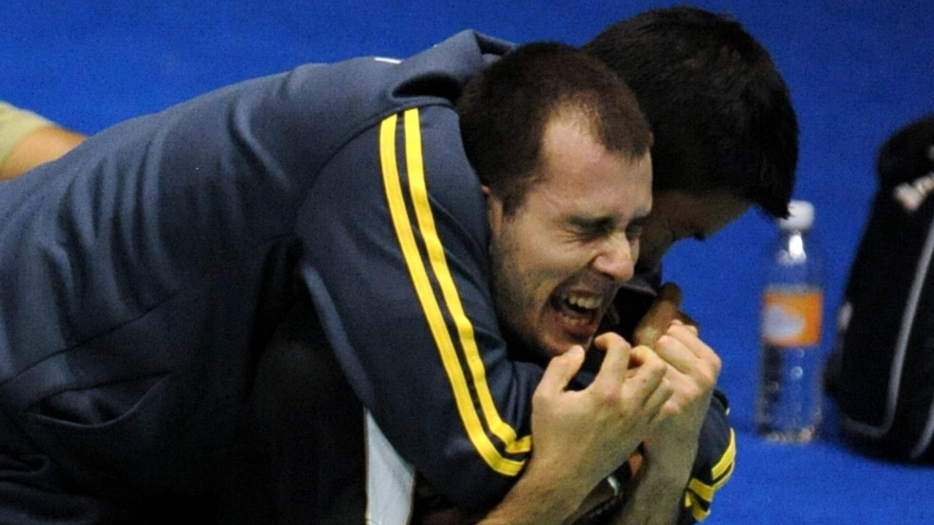 Daniel Paiola vibra muito após a vitória que garantiu ao menos o bronze no badminton (17/10/2011)