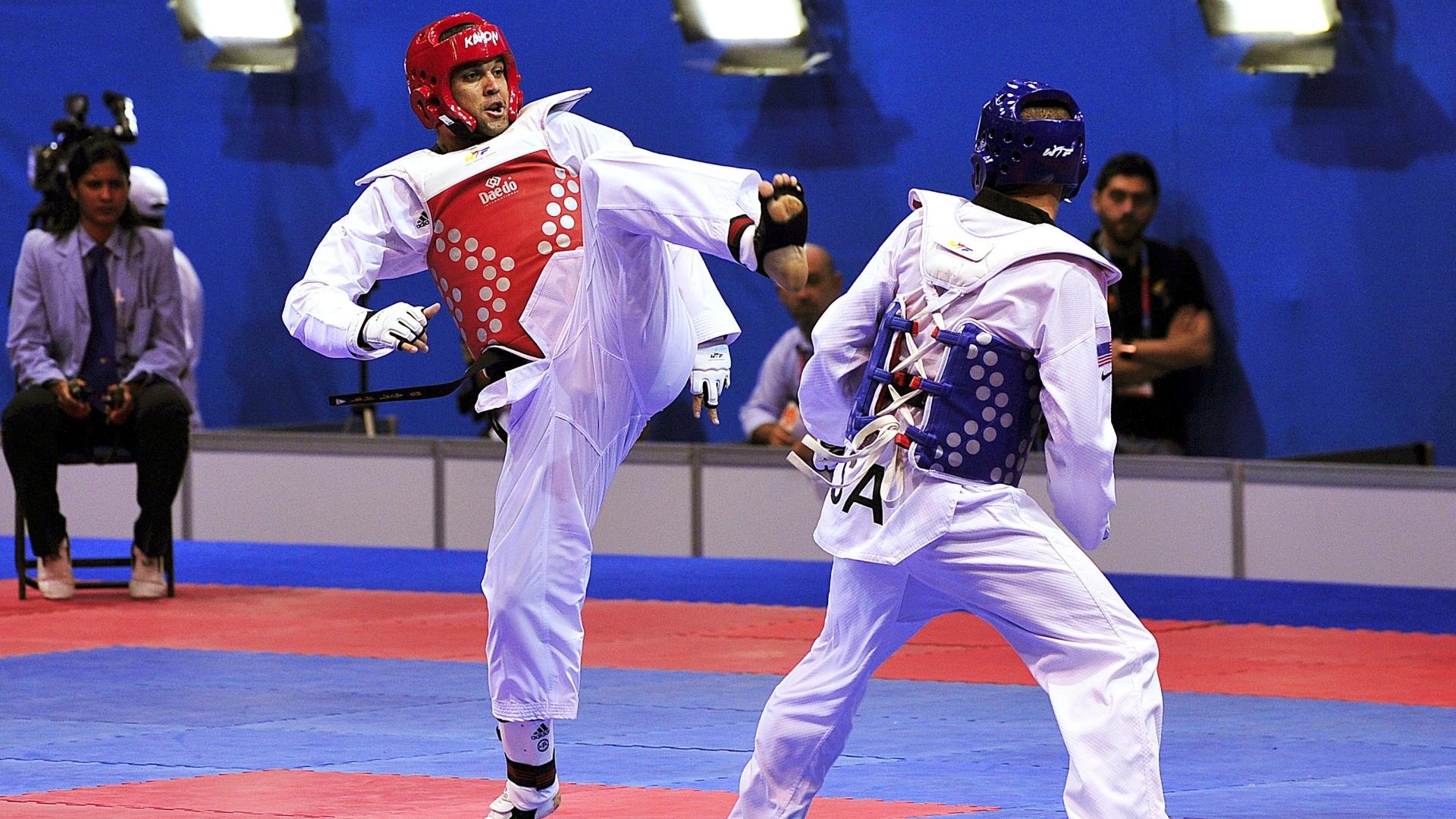 Douglas Marcelino (de vermelho) perdeu por 8 a 5 em sua luta de estreia e foi eliminado no taekwondo, na categoria até 80kg (17/10/2011)