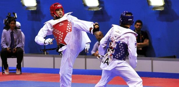 Douglas Marcelino (de vermelho) perdeu por 8 a 5 em sua luta de estreia