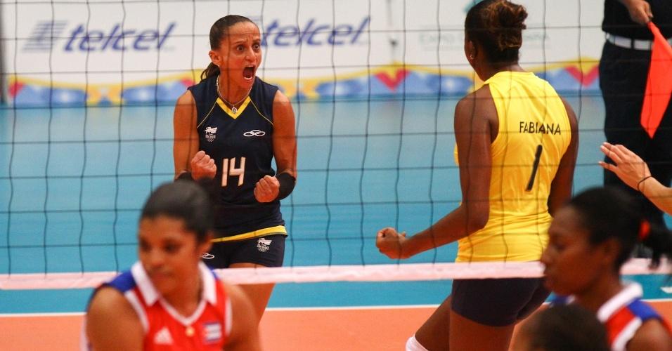 Fabi e Fabiana vibram após ponto na partida contra Cuba, a terceira da seleção de vôlei no Pan