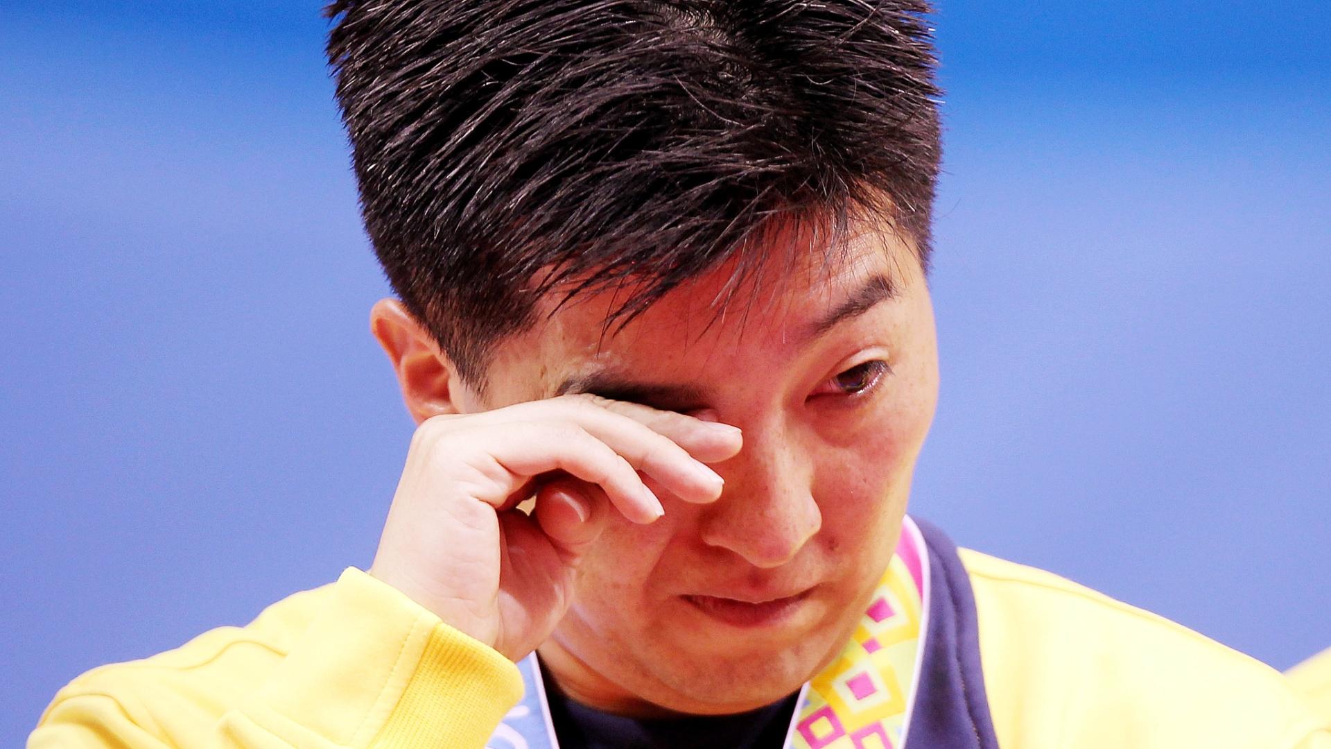 Hugo Hoyama chora após conquista do ouro no tênis de mesa por equipes em Guadalajara